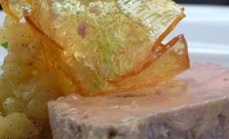 iria-castro-chef-catering-terrina-de-foie-con-compota-de-manzana-y-vainilla-y-teja-de-caramelo